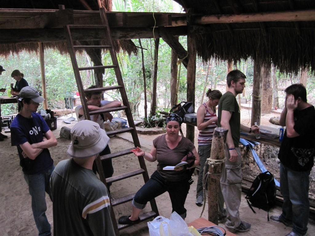 P. Bedows instruyendo estudiantes de NW