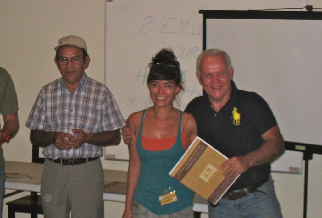 Gabee Esqueda, con el maestro Juan Manuel Torres Zapién recibiendo el reconocimiento de manos de Fernando Chico por haber participado en el primer taller de Meliponas organizado por la asociación ganadera de Quintana Roo