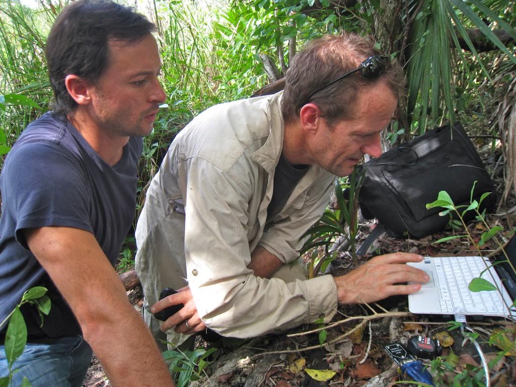 """Damian y Fred revisando """"data"""" de sensores sumergidos para monitorear el acuífero"""