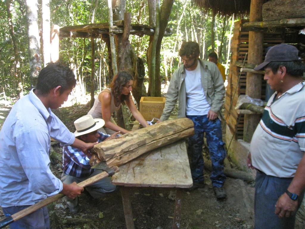 Emiliano, Juan Manuel, Nath y Olmo analizando lamejor manera de abrir un jobon para transferir a caja.