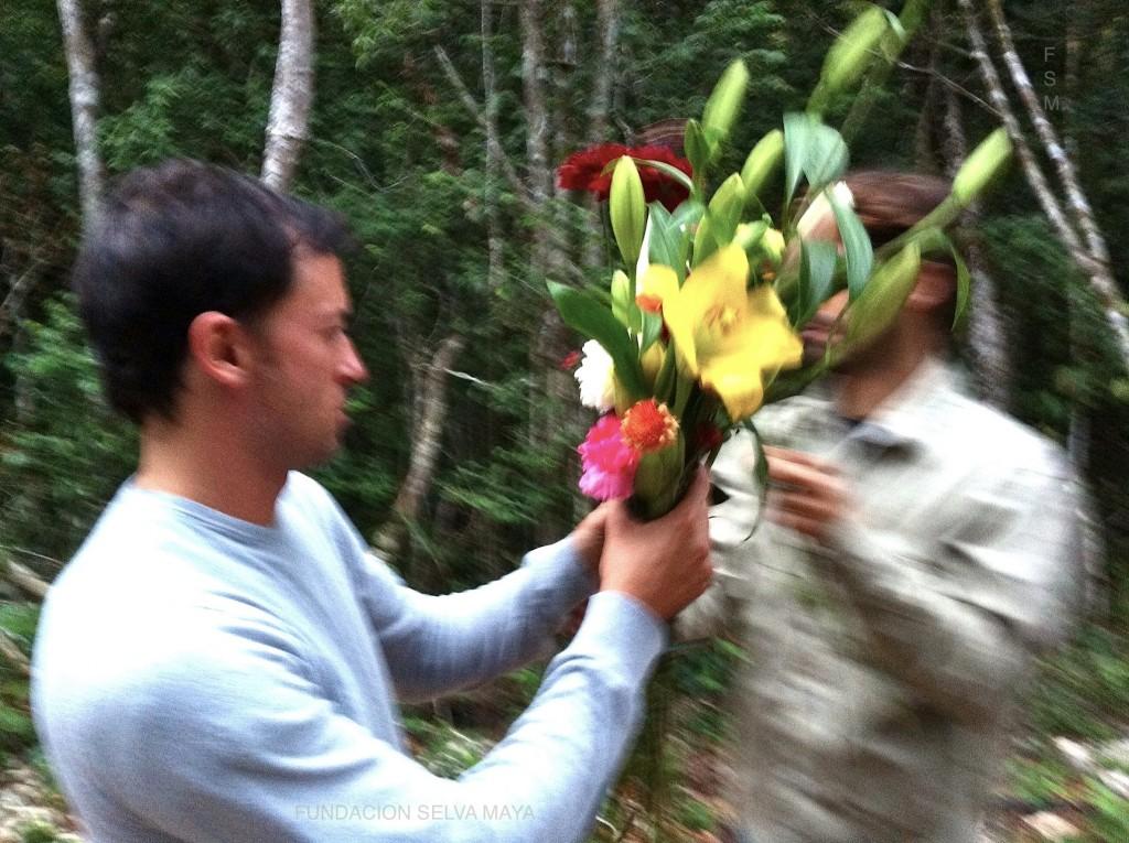 Recolectando flores para dar bienvenida a jobones de meliponas