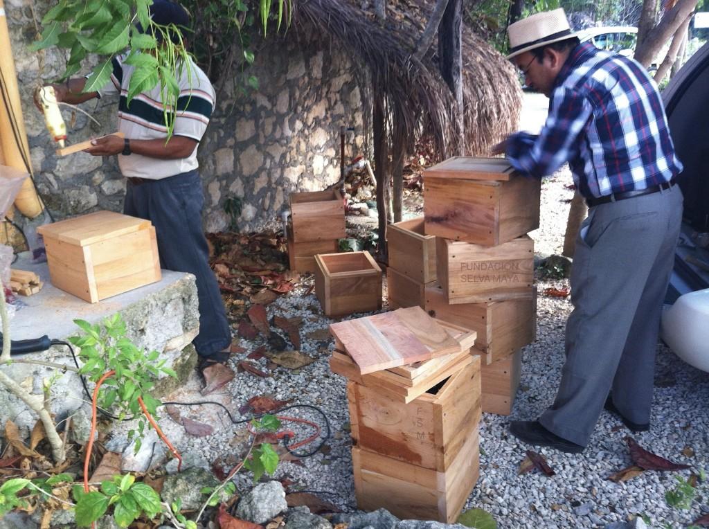 Juan Manuel, detallando nuevas cajas para FSM construidas en talleres del  Ejido Pantera