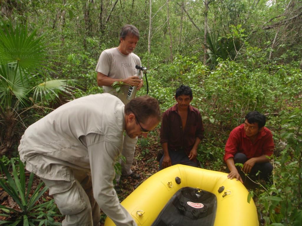 Fred y Manuel con Emiliano y Martín inflando la pequeña lanchita